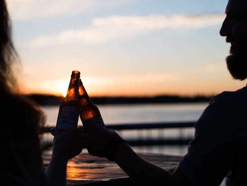 Sueños con brindis de cerveza