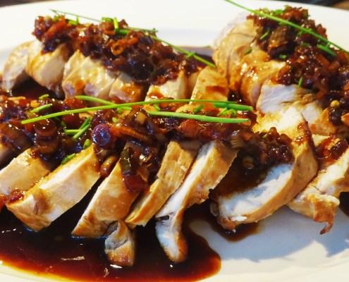 kip met sesamolie en bos-uitjes
