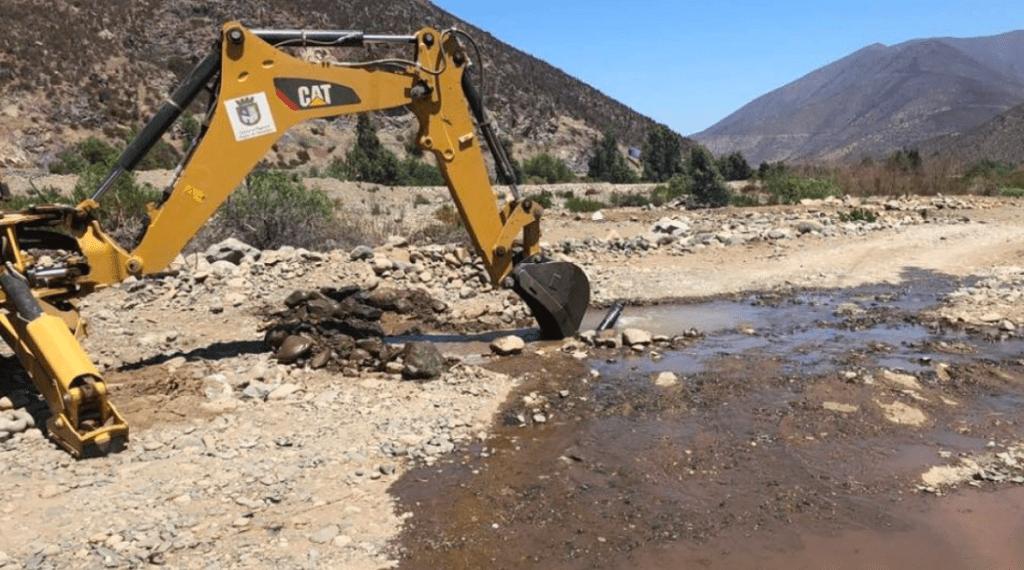 Maquinaria interviene tubería ilegal en Petorca.