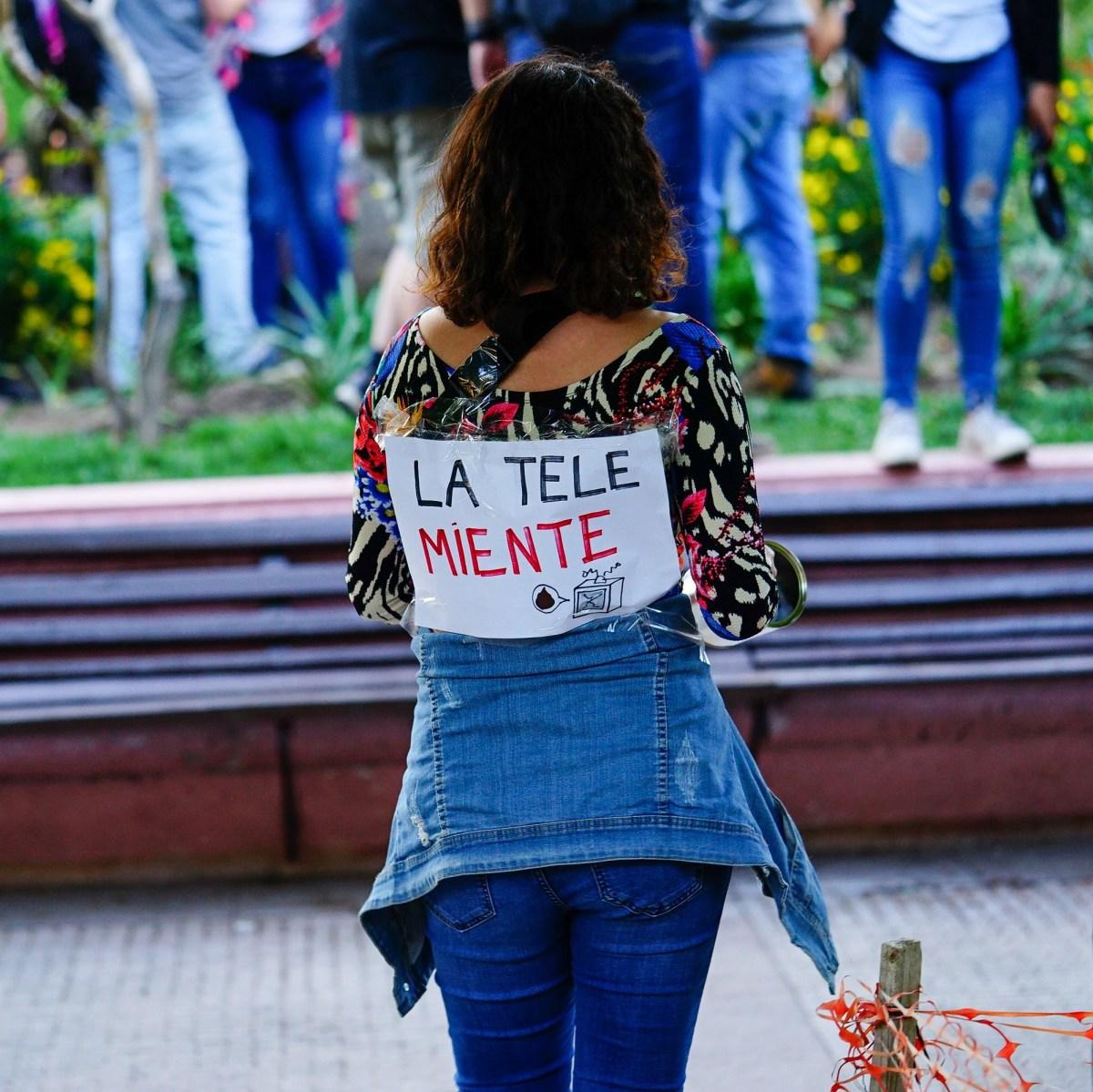 Cartel de protesta en Chile: La tele Miente