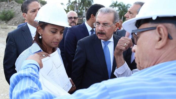 PRESIDENTE OBSERVANDO CONSTRUCCION NUEVA PRESA