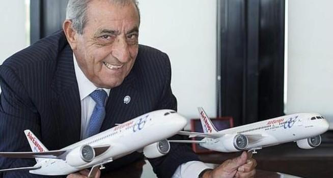 don-jose-pepe-hidalgo-con-dos-replicas-de-aviones