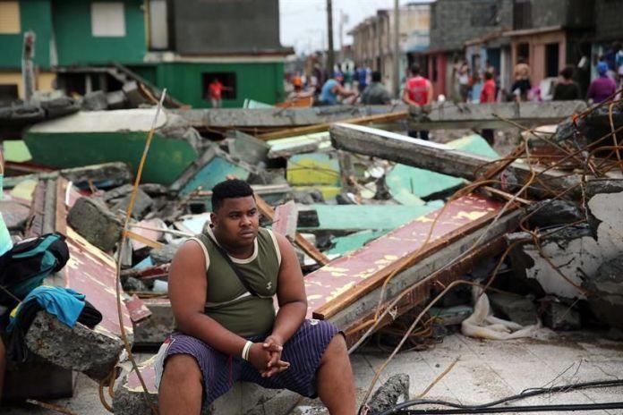 Cubanos se recuperan de los destrozos y estragos causados por el paso del huracán Matthew en Baracoa, provincia de Guantánamo (Cuba).