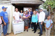 Alcalde Abel Martinez e Iris Guaba,entregan ariculos para el hogar