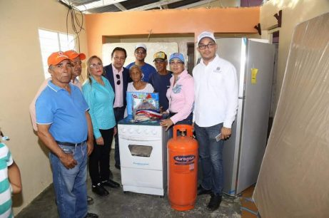 Iris Guaba y Abel Martinez,en la entrega de enseres para el hogar