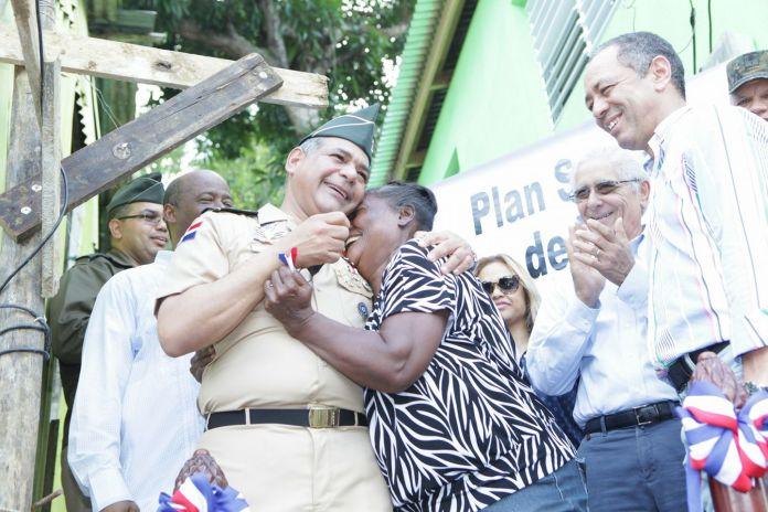 la-senora-beneficiada-abraza-el-ministro-de-manera-agradecida