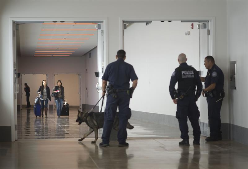 Reportan un hombre armado en el aeropuerto de Orlando