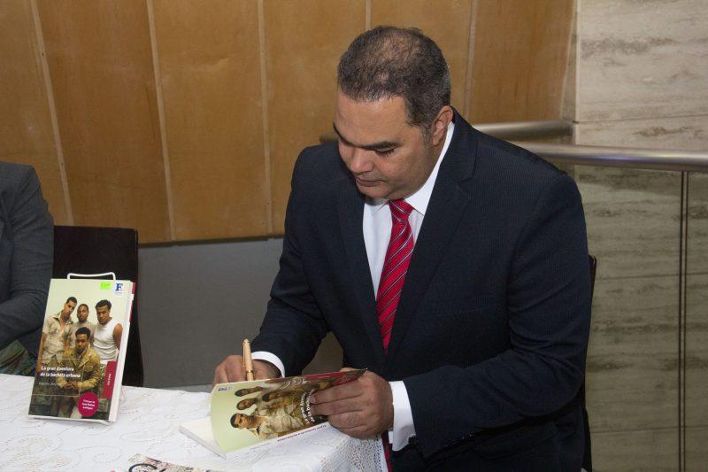 Máximo Jiménez recrea la historia de la bachata urbana en su nuevo libro Maximo-JImenez-firma-libro-e1523046755353