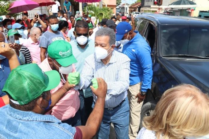 Leonel inicia recorrido por los 158 municipios con visitas en Barahona; dice la meta es garantizar 2 millones de votos