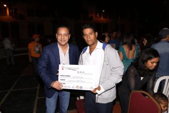 Abel Martinez premia a otro de los ganadores