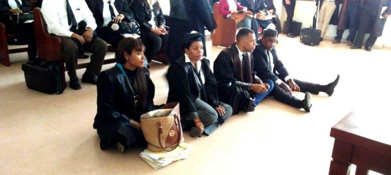 Abogados se sientan en el piso en tribunal de Santiago