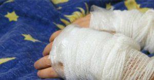 SFM: Madre quema las manos a su h