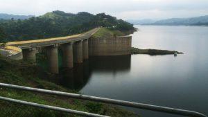 Desaguan por turbina presa de Tavera