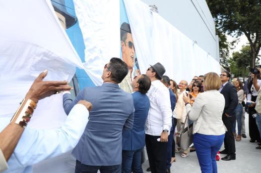 Momento en que el mural fue develizado por el alcalde Abel Martinez y los merengueros.