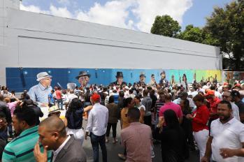 Parte del publico,al fondo el gigantesco mural.