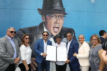 Ramon Orlando recibe su reconocimiento por parte del alcalde Abel Martinez