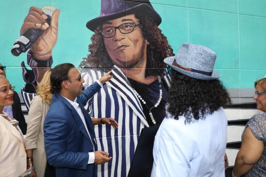 Sergio Vargas y Abel Martinez,observan la imagen del artista