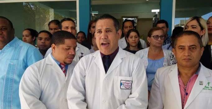 Médicos Valverde inician paro indefinido en hospitales