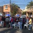 Padre Carlos Santana oficia misa en avenida en protesta