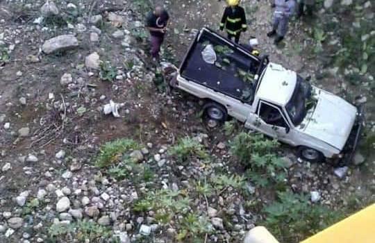 Un muerto y un herido al caer camioneta desde puente