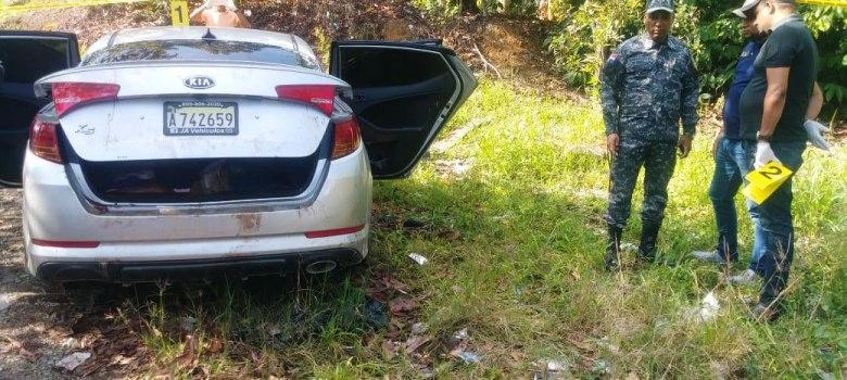 La Vega: Dos hombres y una mujer asesinados interior carro