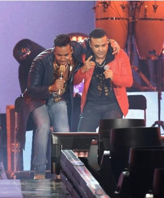 Romeo Santos y Zacarias Ferreiras en el MetLife Stadium