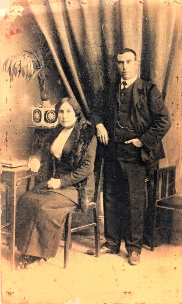 """El matrimoni de cal """"Celestino"""", a l'estudi del fotògraf (foto cedida Domingo Flix)"""