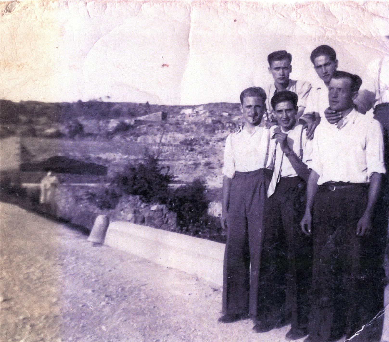 El Dolfo és el 1r. de dalt a l'esquerra en aquesta foto davant del bancal on ara hi ha Casa Ponet.