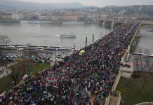 A Békemenet résztvevői áthaladnak a Margit hídon 2018. március 15-én. Fotó: Székelyhidi Balázs/Magyar Nemzet