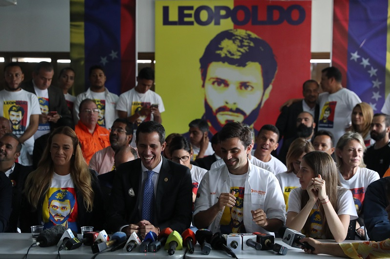 Guaidó y miembros de Voluntad Popular ofrecen rueda de prensa - El Sol Latino