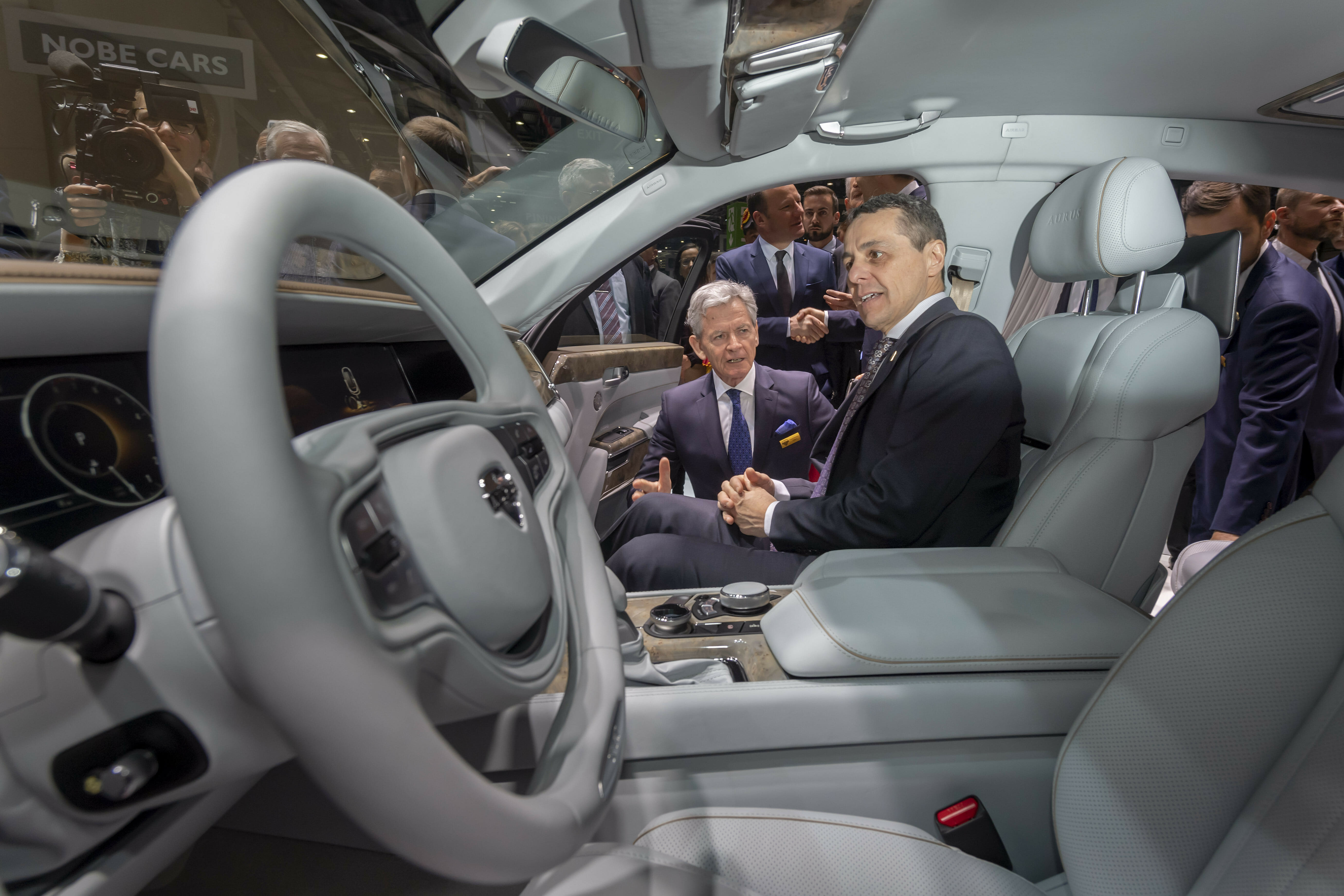 Autos Aurus con problemas en Europa - El Sol Latino