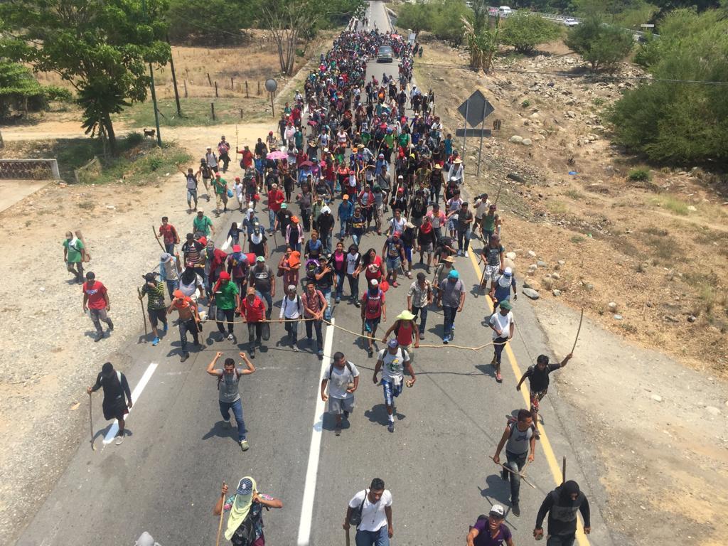 Grupo de dos mil migrantes caminan por la carretera desde Mapastepec hacia Pijijiapan en Chiapas. Foto cortesía
