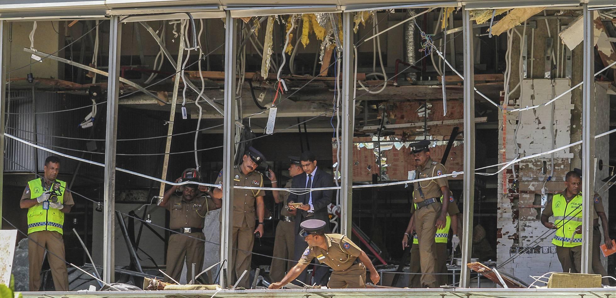 Oficiales de policía inspeccionaron el interior del Hotel Shangri-La, en Colombo, uno de los edificios atacados el domingo en Sri Lanka. Foto cortesía
