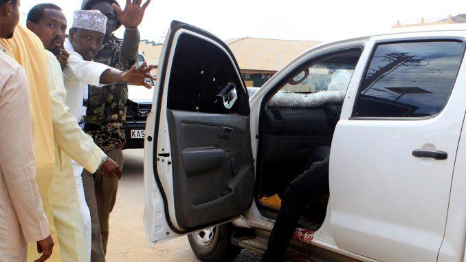 Oficiales de seguridad y civiles junto al auto donde hombres armados secuestraron a dos médicos cubanos cuando iban a trabajar, en el condado de Mandera, Kenia, 12 de abril de 2019. Foto cortesía