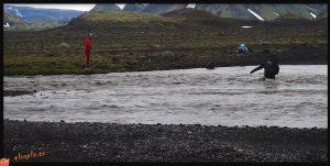 Apuros en un río de Islandia