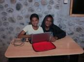 Evelyn i Alexander aprenent informàtica