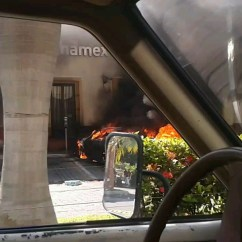 Autos incendiados afuera del banco Banamex en Tuxpan, Jalisco. Por: Cesar Alberto Isabeles Guerreo