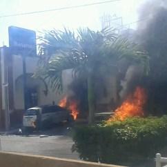 incendio de autos afuera del banco Banamex, Tuxpan, Jalisco. Por: Cesar Alberto Isabeles Guerreo
