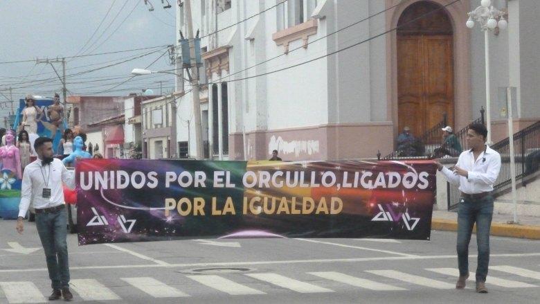 Marchan en Zapotlán por el Orgullo homosexual