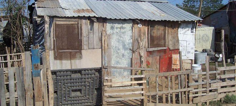 Foto extraída de: https://www.google.com.mx/search?q=pobreza+en+mexico&client=ms-android-americamovil-mx&prmd=inv&source=lnms&tbm=isch&sa=X&biw=360&bih=560&tbs=sur:fc&ved=0ahUKEwjj6fHU0_3VAhUBUiYKHU5JDgoQlJcCCCc#imgrc=7ordZfLuZoumiM:
