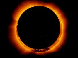 Extraída de: https://upload.wikimedia.org/wikipedia/commons/2/20/Hinode_Observes_Annular_Solar_Eclipse%2C_4_Jan_2011.jpg