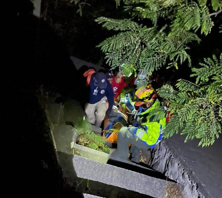 Rescatan a Zapotlense tras lanzarse de puente en la autopista