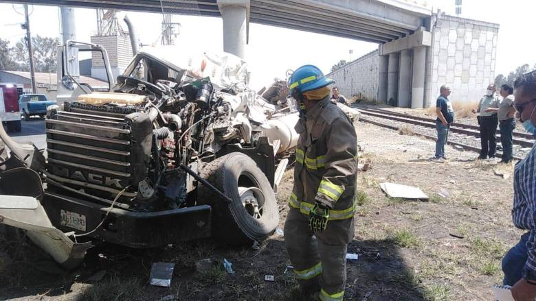 Revolvedora de cemento cae de puente en Ciudad Guzmán, deja dos lesionados