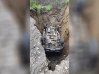 Camioneta con 12 jornaleros cae a socavón en brecha a Los Mazos