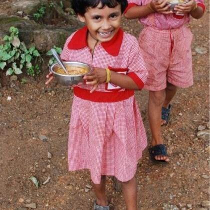 Comiendo en Amigos de Tara, Nepal