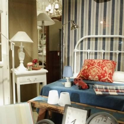 Dormitorio blanco decapé, escaparate tienda Valencia
