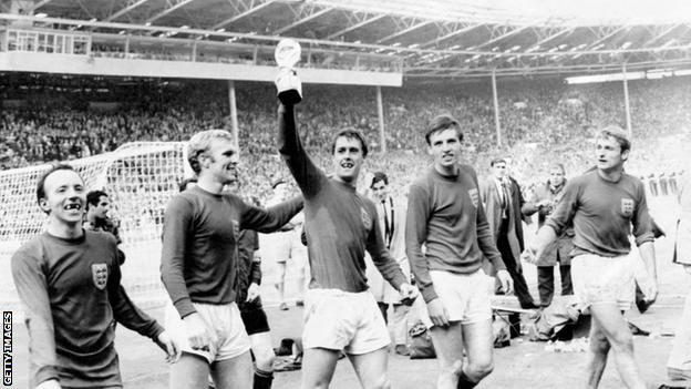 Hunt celebrates winning the 1966 World Cup with England
