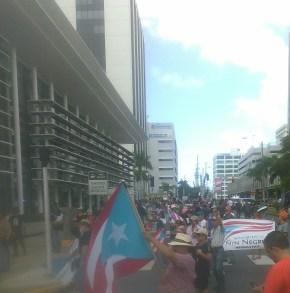 Manfestantes llegan hasta el Popular Center.