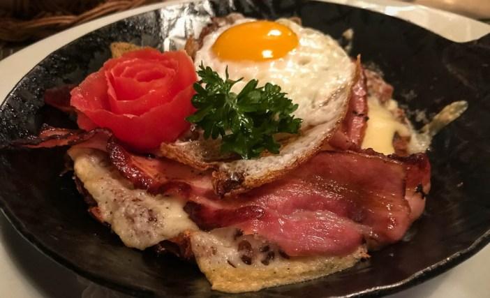 essen Rösti mit Spiegelei und Speck im Restaurant Solaria in Bivio
