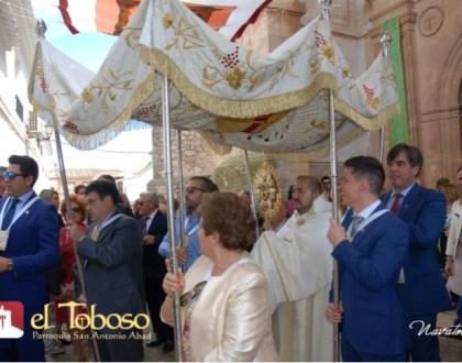 La Patria de Dulcinea, increíblemente engalanada, se rinde con fervor y devoción al paso de Jesús Sacramentado
